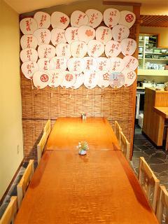 八ツ寺 日和_店内を彩る団扇たち