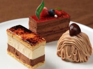 ケーキは季節ごとに違った顔ぶれが並ぶ|時期ごとの限定品や、使用するフルーツによって中身が変わるものも...