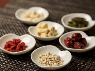 ZENが使用する薬膳素材とその効果 なつめ、クコ、ハスの実など薬膳素材を使いながらも、ジャンルにこだわら...