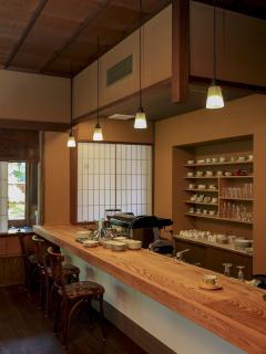 松の木目が美しいカウンターは3席。店員との会話を楽しむも良し、誰にも邪魔されず自分の世界に浸るのも良...