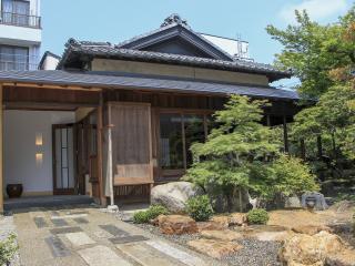 門を越えて暫し歩くと、日本庭園を割るようにして伸びた石畳の先にお店が見えてくる。築130年の料亭を改装し...