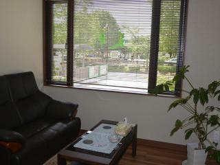 緑あふれる景色のなかで|待合室もオーナーこだわりの空間。内装も然ることながら、窓から見える緑の風景も...