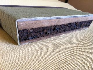 【畳】「炭化コルク畳」など安全な畳で健康的な生活|芯材に使っている黒い炭化コルクが湿気を吸収しカビの...