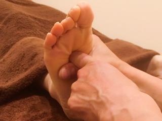足ツボコース|日頃の疲れた足底とふくらはぎにイタ気持ちいい刺激を与えてケアしてもらえる施術で、足の裏...