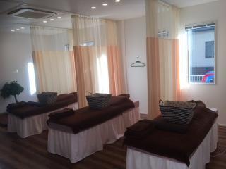 リラックスできる施術室|ベッドで心身共にリラックスできる落ち着いた空間で、ベッドでの施術は横になって...