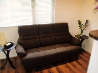 待合室|医学博士号取得の賞状が展示され、清潔でゆったりとした和める空間の待合室。座り心地のよいソファ...