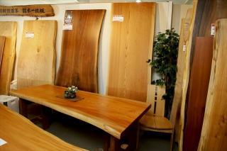 樹齢数百年の銘木一枚板、ケヤキ、ニレ材、杉、ナラ、タモ、ウォールナット、栗、モンキーポットなど多数展...