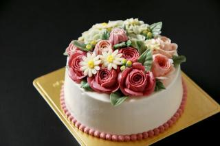 フラワーケーキ|イタリアンメレンゲを使用してふんわり軽く、それでいて濃厚なコクと香りのあるバタークリ...