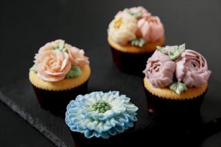 フラワーカップケーキ|オーダーケーキは完全予約制だが、テイクアウトやカフェのメニューで楽しめるのがこ...