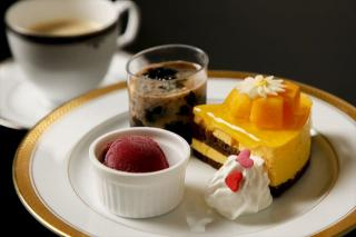 本日のケーキセット|カフェではケーキとドリンクのセットを注文できる。ケーキは日替わりなので通う楽しみ...