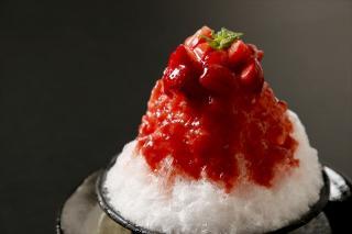 ケーキ屋さんのいちごかき氷|シンプルに思えるが、ふわふわの氷に果肉が贅沢にごろごろ。ソースは水飴等を...