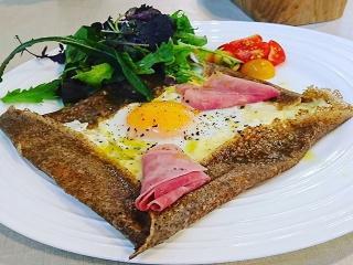 ガレット|フランス産のそば粉のみ使用。チーズ、卵、トリュフ入りのハムを具材にオリーブオイル・岩塩・黒...