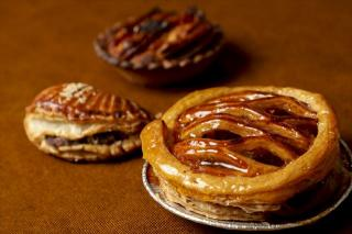 焼きたてアップルパイ|発酵バターをたっぷりと使用した自家製パイ生地でいちからソテーしたリンゴを包み、...