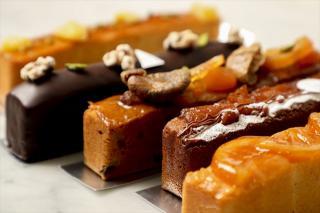 パウンドケーキ|しっとりとした風味豊かな生地が特長で、リピーターの多い人気商品。写真手前からオランジ...
