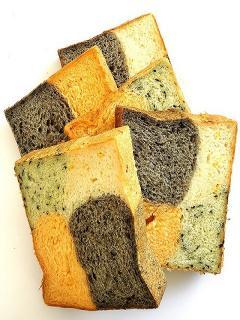 4色食パン…450円|ほうれん草、トマト、コーン、黒ゴマをたっぷり使った、色あざやかで、栄養がしっかりと...