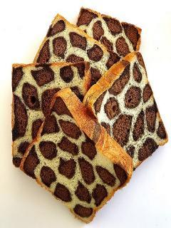 ヒョウ柄食パン…800円|パンを切ると現れる、見た目に可愛いヒョウ柄のパン。その色の秘密はココア。優しい...