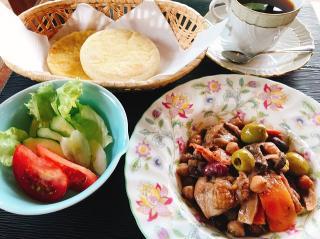 人気のランチ「鶏と豆とキノコのワイン煮込み」。玉ねぎやパプリカなど野菜たっぷりのラタトゥイユで作る限...