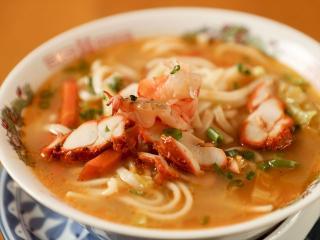 ミックストゥクパ…890円|見た目は日本のラーメンに似ているが、米粉の麺に鶏ガラ・野菜のエキスが溶け込ん...