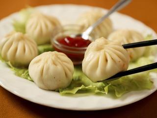モモ…650円|見た目は小籠包や蒸し餃子に似ているが、使われている具材はインド・ネパール料理でおなじみの...