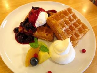 自家製ワッフルとバニラアイス…702円|ワッフルはサクサクとした食感で甘さが控えめなブリュッセルタイプを...