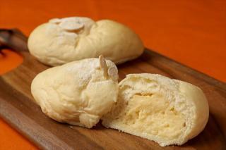 ふわふわ白いクリームパン…194円|お店自慢のふわふわの生地に、自家製のカスタードクリームがたっぷり入っ...