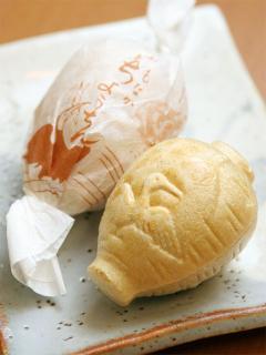 岐阜ちょうちん最中…95円 ちょうちんの形をした包装紙を広げると、金華山をバッグに鵜が羽を広け...