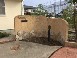 <before>壁の塗り替えをきっかけに|洋風のお庭にあった壁の塗り替えのご依頼。それまでは大きな木があり、...