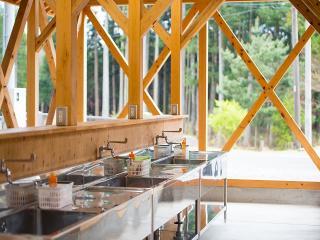 炊事場・トイレなどの設備も完備|食材を持ち込まれる方向けの炊事場もこんなに広くてキレイ。清潔なトイレ...