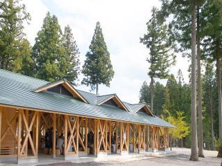 大人数でのBBQもお任せ|雨の日も大丈夫な屋根付きのBBQ場では、約100名様までの貸切バーベキューも対応可能。...
