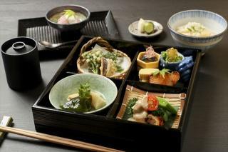 松花堂弁当…1、980円~|お昼の松花堂弁当は、旬のものを品数多く楽しめて彩りも華やか。味ごはんは毎月変...