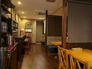 1階席|1階席は6名席×1テーブル、4名ソファー席×2テーブル、カウンター4席。ロールカーテンで仕切られており...