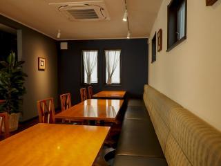 2階席|2階席は4名席×5テーブル。片側はソファー席になっておりアレンジもでき、最大30名までのパーティーが...