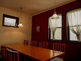 2階の半個室|間仕切りがついた最大8名までの半個室。接待、会合などのシーンにもピッタリな品のある落ち着...