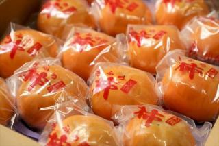 冷蔵富有柿(れいぞうふゆうがき)ご贈答用|収穫後すぐに1個ずつ包装し、富有柿専用の特別冷蔵庫で徹底し...