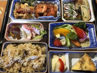 お家でKu-樽盛 お家で、Ku-樽の宴会コースを楽しんで頂けるお料理盛り。内容は、木の子と生姜の炊き込みご飯...