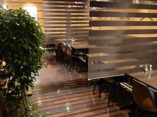 洗練された雰囲気の店内は、フルオープンキッチンになっており、厨房の躍動感も伝わってくる。