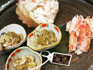 毛蟹も食べやすくほぐしてどうぞ|毛蟹のほぐし。日和では、みそ・身と全て食べやすくほぐしていただけるの...