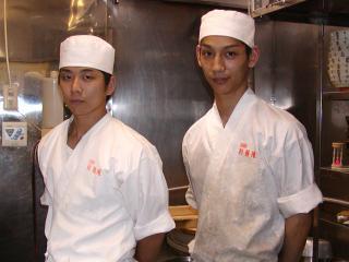 職人の声|お客様が笑顔で帰っていただけるよう日々精進しています。  (日々修行に励む山田さんと岡村さ...