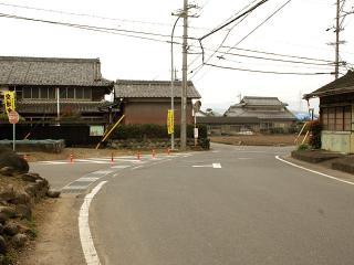 ここから先は共通の道…で、ココに注意! 900m程走ると見えてくる大きな右カーブ。ココを道なりに進まずに...