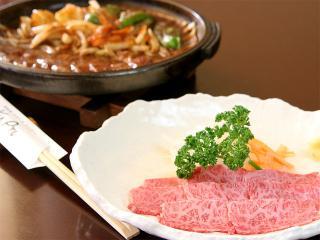 見事なサシが入った牛肉の刺身(焼肉風)も人気。
