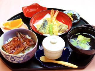 女性にも人気が高い≪うなはんセット≫。 写真はミニうなぎ丼と天ぷら。