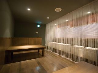 2階 小上がり|板の間ながら「和モダン」な雰囲気を持つ小上がり。