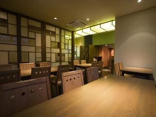 1階 テーブル席|昼はたっぷり光が入り込んで開放的、夜はグッと落ち着いた表情を見せる。