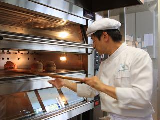 オーナーブランジェの浅井氏。穏やかな印象からは想像もつかない程、パンについての思いは誰よりも熱い。