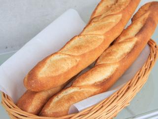 パンフランセ…260円|小麦と塩と水のみを長時間発酵で仕上げた、何とでも合わせられる万能パン。