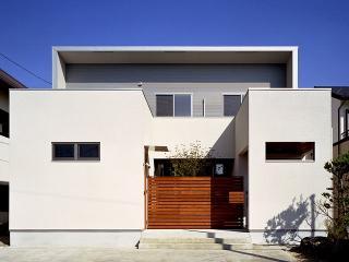 K邸新築工事|3つの箱を並べたシンプルなプランで、南道路からの視線をさえぎる工夫をしながら採光を多く...