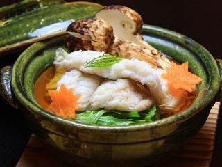 具材とのバランス重視のだしが体に染み渡る自慢の鍋料理は、一人分から頂ける。