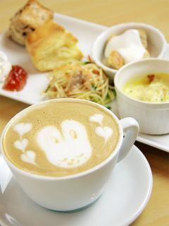 ウサギやスワンなど、キュートな絵柄に仕上げるラテアート。モーニング時には卵不使用の自家製スコーン、ふ...