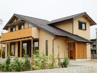 2009年夏、竣工したT様邸です。大胆な大屋根と、落ち着きのある外観が特徴です。もちろん、玄関周りは木をふ...
