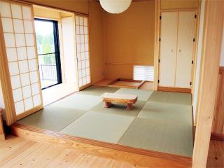リビングと一体化した和室。あえてバリアフリーにしない事で和室も際立ち、腰をかけて楽しむちょっとした空...